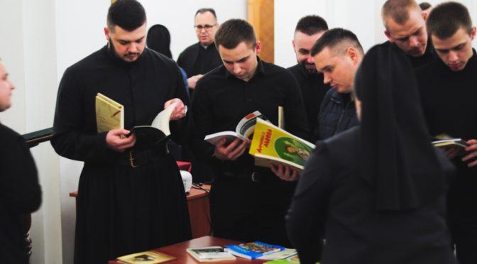 Студентам Київської Трьохсвятительської духовної семінарії презентували збірку видань Комісії у справах освіти та виховання УГКЦ